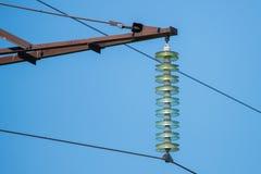 Ligne électrique d'isolateur électrique à haute tension contre le ciel bleu Photo stock
