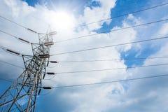 Ligne électrique de l'électricité sur le nuage de ciel bleu de jour ensoleillé Photos libres de droits