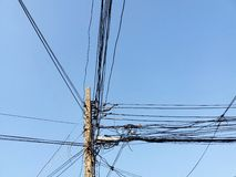 Ligne électrique de poteau et ligne de communication électriques Photos stock
