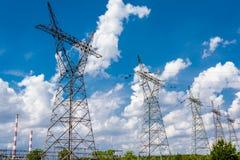 Ligne électrique de pylône et de boîte de vitesses Image stock