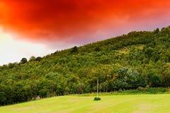 Ligne électrique de vintage sur le fond de colline de la Norvège Photos libres de droits