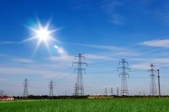 Ligne électrique des fils électriques avec Sun lumineux Photographie stock libre de droits