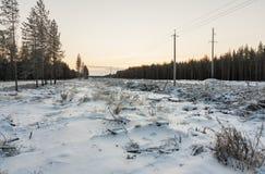 Ligne électrique en hiver à l'aube Photo libre de droits