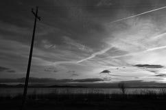 Ligne électrique et lac sous un grand ciel Photo libre de droits