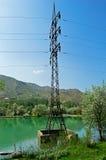Ligne électrique parmi le lac Images libres de droits