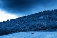 Ligne électrique sur le fond de bleu de colline de la Norvège Photos stock