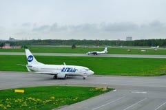 Ligne aérienne Boeing 737-500 d'UTair et essais en vol et avions d'Antonov An-26 KPA de lignes aériennes de systèmes dans l'aérop Image stock