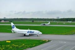 Ligne aérienne Boeing 737-500 d'UTair et essais en vol et avions d'Antonov An-26 KPA de lignes aériennes de systèmes dans l'aérop Photographie stock libre de droits