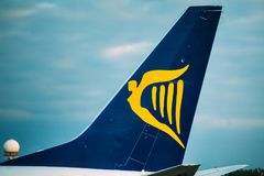 Ligne aérienne bonne marchée Ryanair de Logo Logotype Sign Of Irish sur Wing Of Photos libres de droits