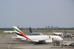 Ligne aérienne d'émirats Airbus A380 à l'aéroport de JFK à New York Image stock