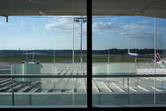 Ligne aérienne de coût bas - avion sur le macadam Images stock
