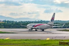 Ligne aérienne de la Malaisie d'avion roulant au sol à la piste à l'aéroport photographie stock