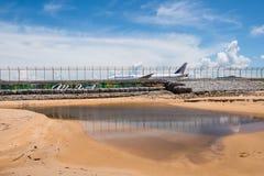 Ligne aérienne de Transaero derrière la barrière d'aéroport de Phuket Photos libres de droits