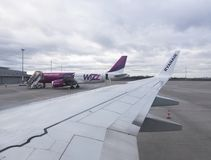 Ligne aérienne de Wizz Air d'avion de passager étant prête pour le vol dans l'aéroport de Poznan, Pologne photographie stock