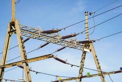 Ligne aérienne fil au-dessus de voie ferroviaire Lignes électriques Photographie stock