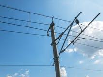 Ligne aérienne ou fil parallèle ferroviaire électrique pour transmettre l'énergie électrique au train ou à la locomotive Bo?te de image stock