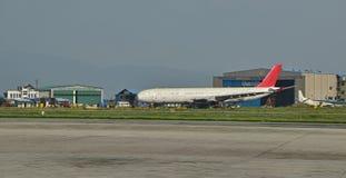 Ligne aérienne refourbie devant le bâtiment de hangar à l'aéroport international du Népal Tribhuvan Photos libres de droits