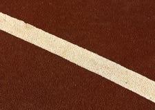 Ligne blanche sur la surface courante de voie Image stock