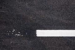 Ligne blanche sur le nouveau détail d'asphalte, rue avec la ligne blanche texture Photographie stock libre de droits