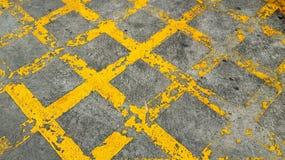 Ligne croisée jaune grunge sur la rue Photo libre de droits