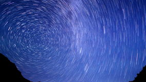 Ligne d'étoiles au-dessus des montagnes Laps de temps 4K banque de vidéos