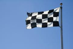 Ligne d'arrivée Checkered indicateur sur Pôle Photographie stock libre de droits