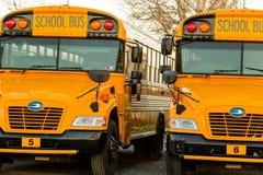 Ligne d'autobus scolaire jaune garée fin  Photos stock