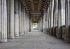 Ligne de balustrade des colonnes de marbre avec le point final central Photographie stock