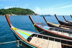 Ligne de bateau Ruea Hang Yao de longue queue attaché ensemble en mer Photos libres de droits