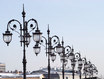 Ligne de beaucoup de rétro lanternes à l'ancienne de ville Photos libres de droits