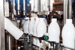 Ligne de bouteilles à lait d'emballage Image libre de droits