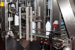 Ligne de bouteilles à lait d'emballage Images stock