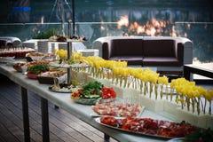 Ligne de buffet du déjeuner et du dîner Nourriture de libre service de buffet images stock