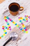 Ligne de cardiogramme des coeurs, du stéthoscope et de la tasse de papier du concept de café, de médecine et de soins de santé Images stock