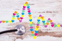 Ligne de cardiogramme des coeurs et du concept de papier de stéthoscope, de médecine et de soins de santé Photos libres de droits