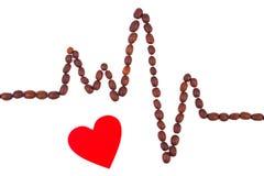 Ligne de cardiogramme des graines de café et du concept rouge de coeur, de médecine et de soins de santé Photographie stock libre de droits
