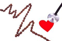 Ligne de cardiogramme des graines de café, du coeur rouge et du concept de stéthoscope, de médecine et de soins de santé Image libre de droits