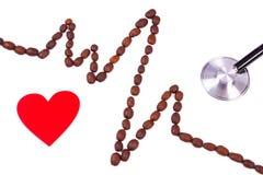Ligne de cardiogramme des graines de café, du coeur rouge et du concept de stéthoscope, de médecine et de soins de santé Images libres de droits