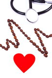 Ligne de cardiogramme des graines de café, du coeur rouge et du concept de stéthoscope, de médecine et de soins de santé Images stock