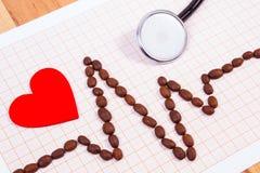 Ligne de cardiogramme des graines de café, du stéthoscope et du concept rouge de coeur, de médecine et de soins de santé Images libres de droits