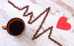 Ligne de cardiogramme des graines de café et de la tasse du concept de café, de médecine et de soins de santé Images libres de droits
