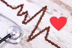 Ligne de cardiogramme des graines de café et du concept de stéthoscope, de médecine et de soins de santé Photographie stock
