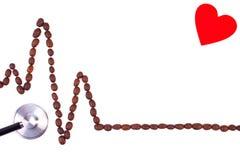 Ligne de cardiogramme des graines de café et du concept de stéthoscope, de médecine et de soins de santé Photos stock