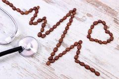 Ligne de cardiogramme des graines de café et du stéthoscope médical, concept de médecine et soins de santé Photo stock