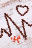 Ligne de cardiogramme des graines de café et les pilules de supplément, la médecine et le concept de soins de santé Photos stock