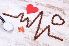 Ligne de cardiogramme des graines de café, les pilules de stéthoscope et de supplément, la médecine et le concept de soins de san Image libre de droits