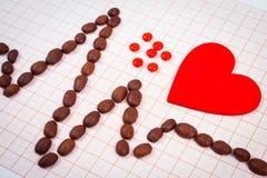 Ligne de cardiogramme des graines de café, les pilules rouges de coeur et de supplément, la médecine et le concept de soins de sa Photo stock