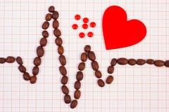 Ligne de cardiogramme des graines de café, les pilules rouges de coeur et de supplément, la médecine et le concept de soins de sa Images libres de droits