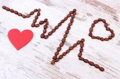 Ligne de cardiogramme des graines de café rôties et du concept rouge de coeur, de médecine et de soins de santé Photo stock