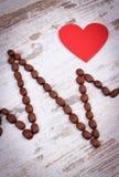 Ligne de cardiogramme des graines de café rôties et du concept rouge de coeur, de médecine et de soins de santé Images stock